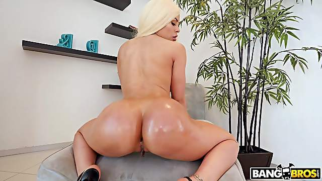 Large ass blondie Luna Star gets fucked in her juicy fuck hole