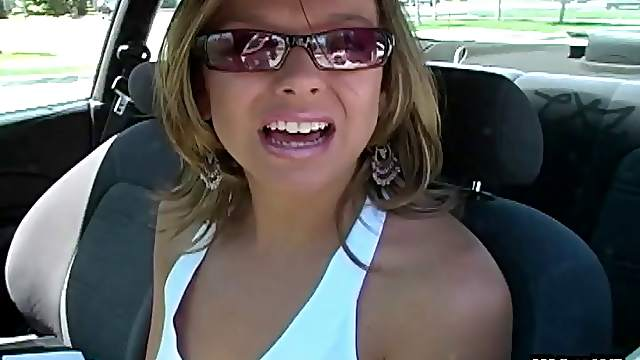 Elegant chic downs her glasses and give 100% of her concentration to de-cumming the stiff pecker