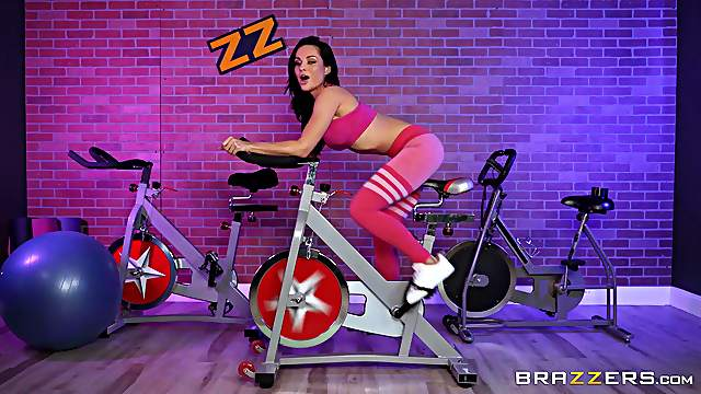 Sporty bomb Crystal Rush enjoys sex at the gym with a horny trainer