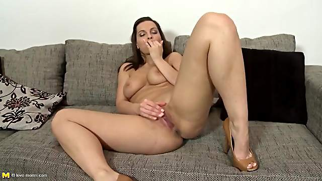 Curvy nude beauty in heels rubs her hot cunt
