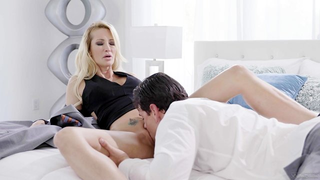 Impressive morning fuck with step mommy on top