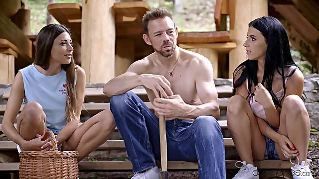 Slutty girls go for the kill in a superb threesome