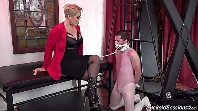 Dominant mature ends up pumping inches in both her tight holes